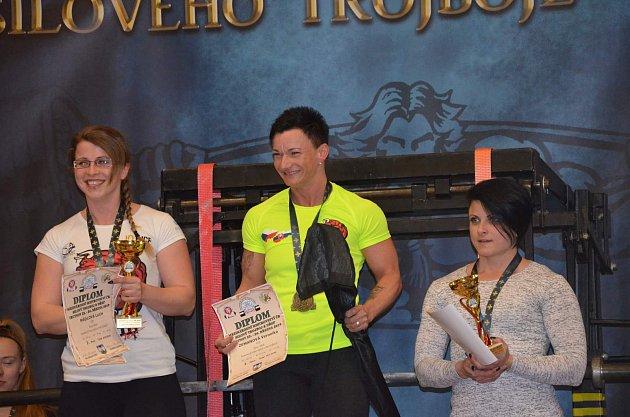Veronika Zemanová (uprostřed).