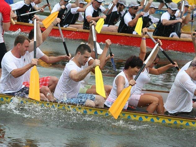 Čtvrtý ročník závodu dračích lodí přilákal stovky diváků.