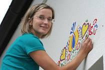 Břeclavanka Petra Radkovičová maluje nad okna rodinného domu. Nápadem zaujala sousedy i náhodné projíždějící lidi.