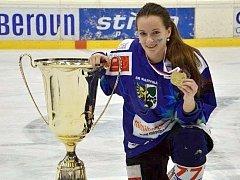 Sára Sadílková se zlatou medailí a pohárem pro vítězky extraligy.