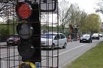 Dělníci v Břeclavi opravují silnici na hlavním tahu.
