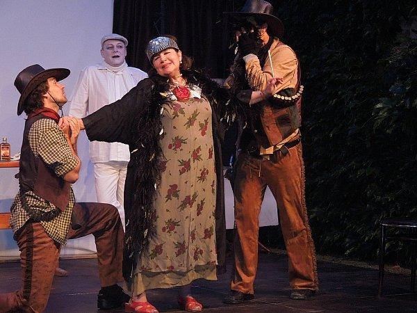 Představením nazvaným Někdo to rád vkině začal vsobotu 14.července vHustopečích druhý ročník divadelního festivalu Pod širým nebem.