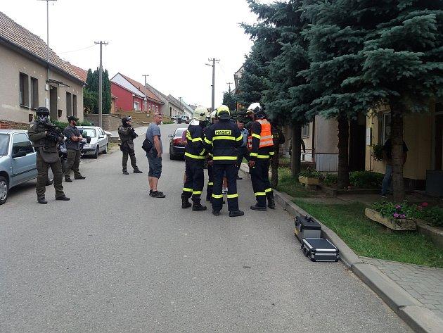 Policejní zásahová jednotka měla práci ve čtvrtek vKobylí. Muž se zabarikádoval vdomě a vyhrožoval střelnou zbraní.