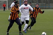 Kostický Darmovzal se snaží prosadit mezi dvojicí mikulčických fotbalistů.