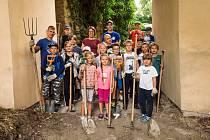 V létě pomáhaly s opravami farské zahrady u kostela sv. Václava v Mikulově děti z příměstských táborů.