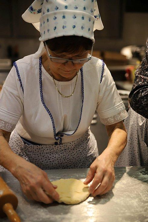 Tetičky z Kobylí připravují svoje oblíbené dobroty. Foto: archiv Muzea obce Kobylí