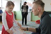 Stříbrný medailista z halového evropského šampionátu Radek Juška přijel ukázat do rodných Staroviček medaili. Dětem rozdal podpisy a nechal je osahat si i medaily.