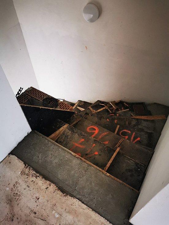 Schody do prvního nadzemního podlaží shora.
