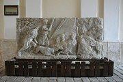 Zachovalý původní reliéf Lov na divokého kance, který se nyní nachází na valtickém zámku