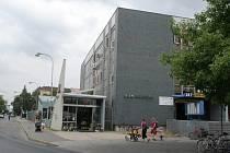 KULTURNÍ DŮM V BŘECLAVI. Problém s kulturním domem břeclavská radnice koncepčně neřešila už dvacet let. Po roce 1989 jej odmítala převzít. Odboráři, kterým komplex patřil, ho tak nakonec prodali soukromníkům.