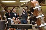 Z ilegální garáže až na americký trh vybudoval firmu na výrobu kytar František Furch z Velkých Němčic. Jejich práci ocenil i americký velvyslanec Stephen King (na snímku vlevo, vpravo Petr Furch, syn který převzal vedení firmy)