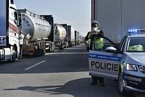 Kolona kamionů na dálnici D2 u Břeclavi.