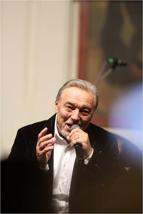Karel Gott při vystoupení na Svatomartinském plese ve Valticích.