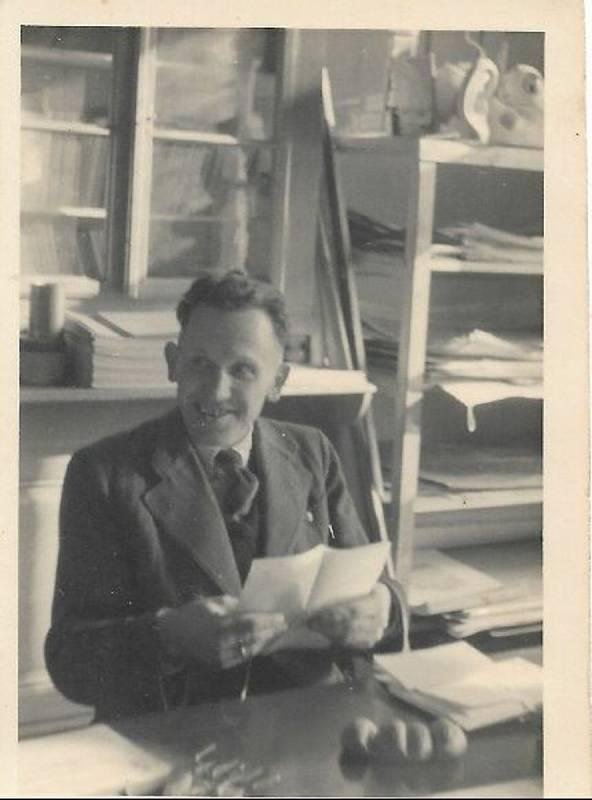 Učitel Prochaska v roce 1942 ve škole v Bratelsbrunnu.