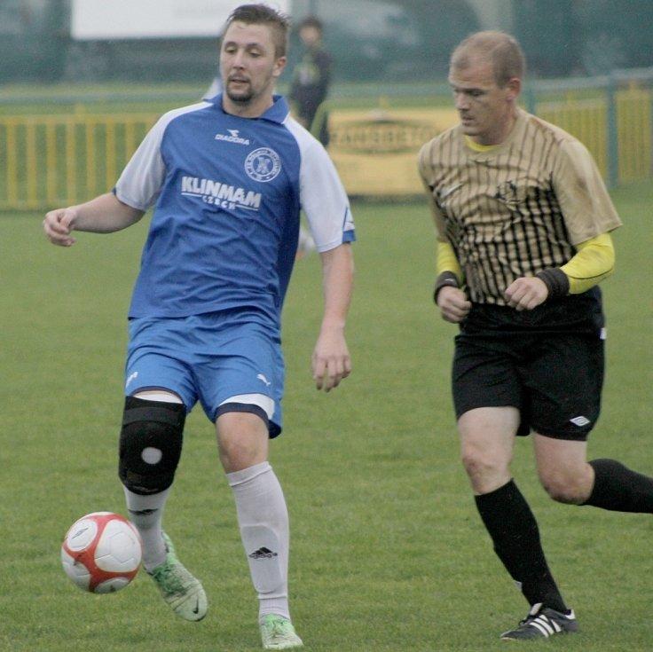 Fotbalisté Mikulova (v modrém) po poločase zcela otočili zápas s Rajhradicemi.