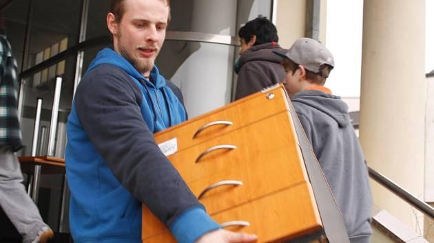 České spořitelna předala zástupcům neziskové organizace AIDED zbylý nábytek z budovy v ulici Národních hrdinů v Břeclavi, kde měla do ledna spořitelna svou pobočku.