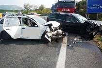 Nehoda tří osobních aut na silnici I/52 u Perné si vyžádala pět zraněných osob. Silnice byla poté na nějakou dobu neprůjezdná.