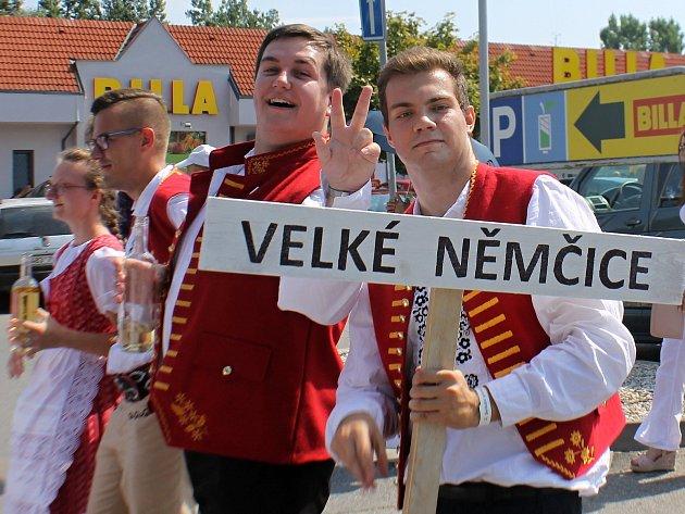 V sobotním průvodu po Břeclavi na třetím ročníku Setkání přátel jižní Moravy prošly až stovky krojovaných, dokonce i hosté ze Slovenska.