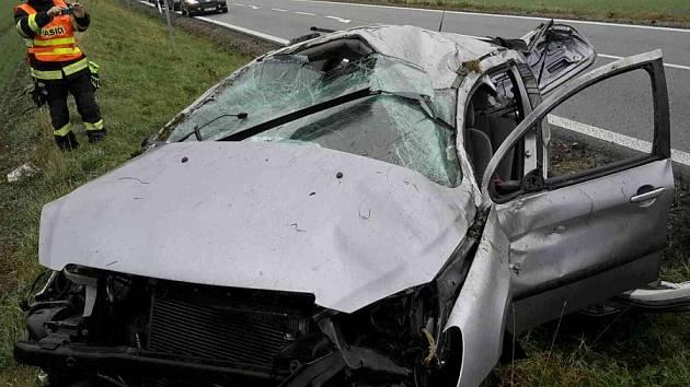 Jela ve směru z Klobouk u Brna na Brno. U Borkovan však řidička nezvládla průjezd zatáčkou a sjela do příkopu. Zraněná skončila v nemocnici.