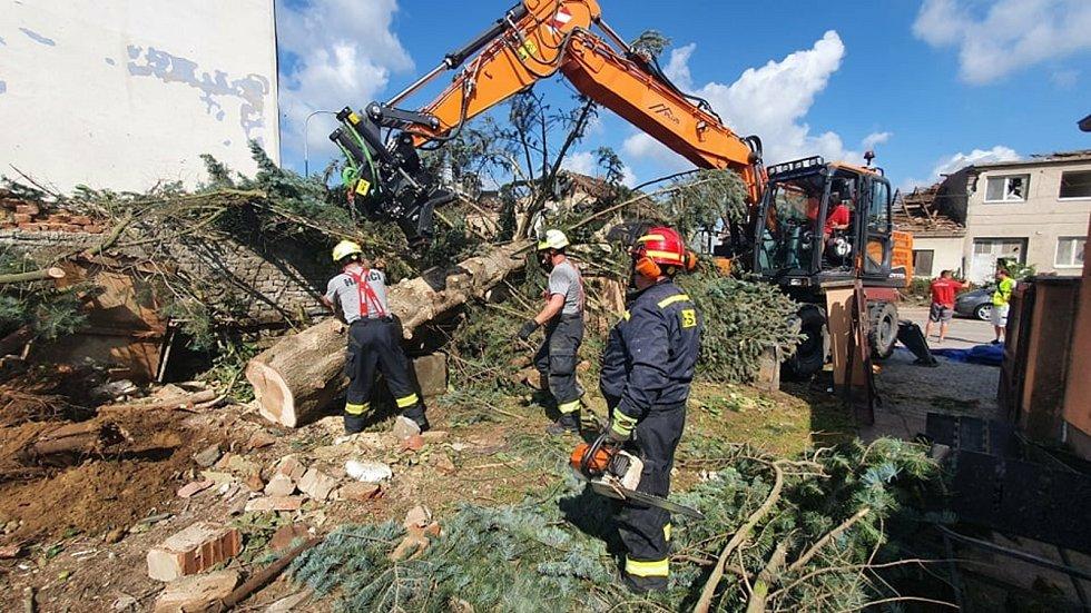 V pátek brzy ráno přijeli do obce Lužice hasiči z JPO II města Špindlerův Mlýn, aby pomohli z odklízením následků tornáda. Po organizaci a krátkém plánování se hned pustili do práce, které je opravdu hodně.