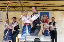 Členové folklorního spolku na pódiu při jednom z vystoupení.