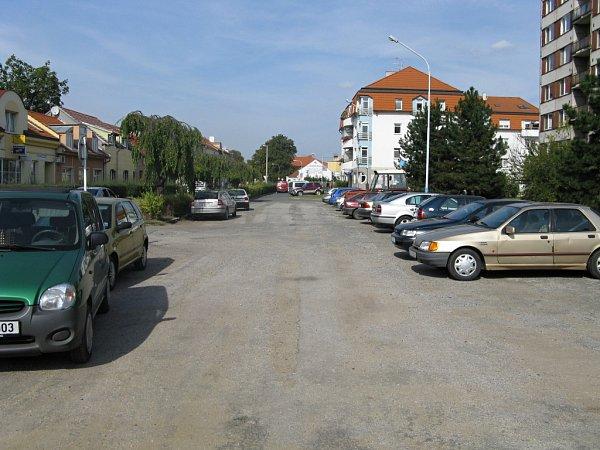 Parkoviště vulici Sovadinova vBřeclavi - foto před realizací.
