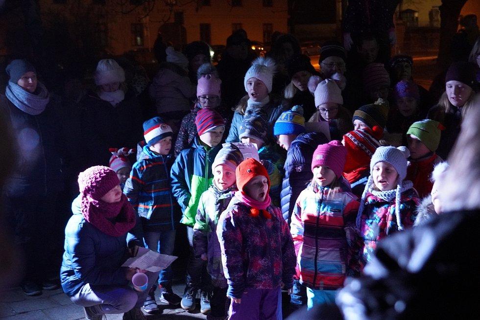 V Podivíně se sešlo u rozsvíceného vánočního stromu asi 250 lidí. Tón při akci Česko zpívá koledy udávaly děti z místního folklorního souboru Voděnka.