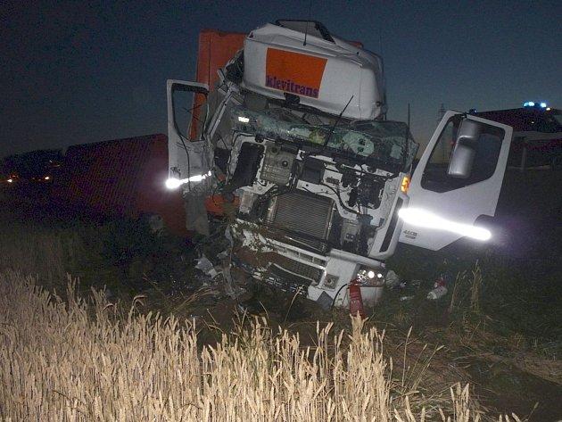Kamiony havarovaly u Podivína v úterý před třetí hodinou ranní. Nehoda se obešla bez zranění. Kvůli vyproštění kamionu z příkopu policisté uzavřeli část dálnice D2.