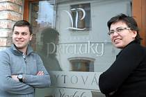 Petr Kružík stojí společně s matkou Jitkou u loni zprovozněného vinařského areálu, kde vinaři také na úvod otevřeli sklepy. V brzké době se tam hodlají pustit do výroby perlivého vína.