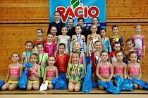 Společné foto břeclavských gymnastek po závodech Břeclavský sněhulák.
