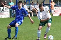 Fotbalisté Tvrdonic (v modrém) doma porazili Dubňany.