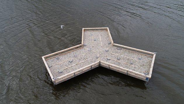 Betonový ponton umístili na nádrži Nové Mlýny vodohospodáři po dohodě sornitology na jaře. Rybáci si ho oblíbili.