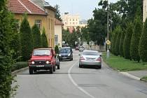 Úsek mezi základní školou a poštou je součástí objížďky Valtic. Kamion jedoucí od Břeclavi má problém se vejít do svého jízdního pruhu. Poté, co je minul několikátý nákladní vůz, cyklisté radši sesedli a svá kola tlačili.