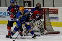 Břeclavští hokejisté (v modrém) prohráli v letošní sezoně i druhé jižanské derby.