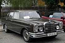 Milovníci typických dlouhých aut, veteránů z dílny Mercedes – Benz si dali tento víkend sraz na Břeclavsku.