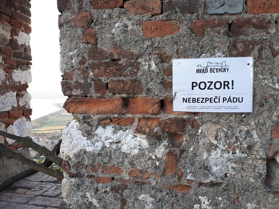 Lidé se na facebooku rozčilovali kvůli cedulím na zřícenině hradu Děvičky na Pálavě.