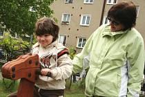 Nové multifunkční dětské hřiště pro autistické děti v břeclavské škole na Herbenově začalo oficiálně sloužit svému účelu.