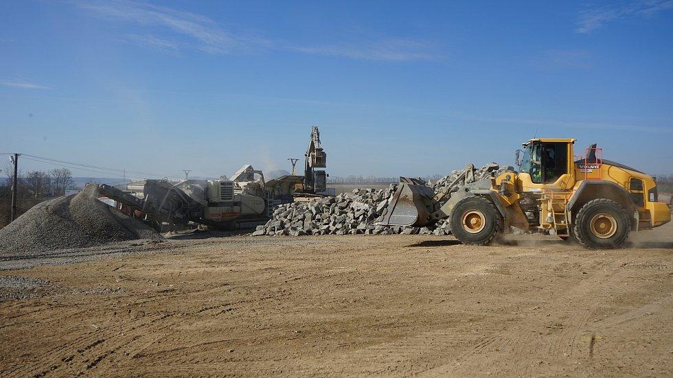 Rozdrcený beton stavební firma z velké části použije zpět do tělesa dálnice D2 u Hustopečí.