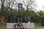 Památník obětem válečných událostí v roce 1945 stojí u kulturního domu v Morkůvkách.