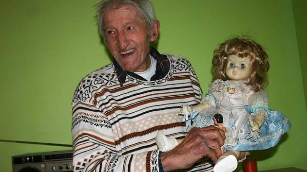 V Němčičkách zahájil v polovině listopadu svůj provoz nový stacionář Domovinka Panny Marie. Slouží jako denní školka pro důchodce a zdravotně postižené obyvatele obce. První klient, osmaosmdesátiletý Bartoloměj Stávek, je v domovince spokojený.