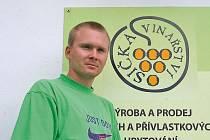 Čeněk Osička ze Spolku velkobílovských vinařů. V tomto spolku je třicet vinařů, z toho jen Osičkovi mají čtyři vinařství. Čeňkova přítelkyně je také Osičková