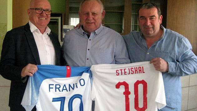 Předseda Okresního fotbalového svazu v Břeclavi František Stejskal (uprostřed) oslavil loni významné životní jubileum.