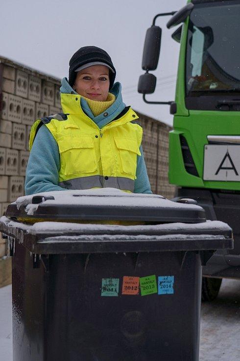 Téměř celou směnu na mrazu. Vendula Herzogová z Velkých Pavlovic pracuje ve firmě na svoz odpadů na Břeclavsku.