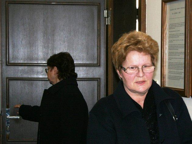 Někdejší místostarostka Přítluk Daniela Řezáčová vychází ze síně okresního soudu v Břeclavi.