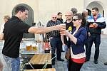 Zámecký pivovar Břeclav nabídl v pátek lidem k ochutnání poprvé nové břeclavské pivo. Přímo před znovuzrozeným pivovarem si mohli dát desítku Delegáta nebo dvanáctku Kance.