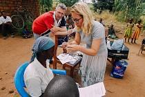 Pro lidi z afrického Malawi byla dárcem zraku. Ve spolupráci hustopečským pastorem apoštolské církve vezla místním šest stovek dioptrických a slunečních brýlí.
