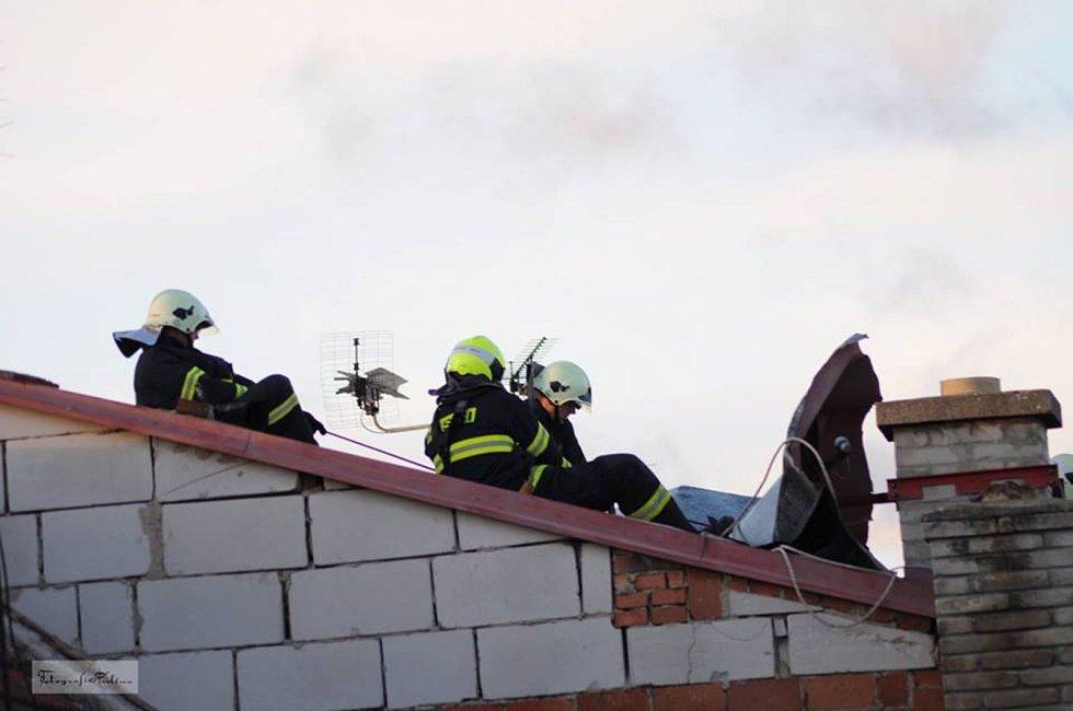Hasiči z Pohořelic a Vranovic zajišťovali v neděli plechovou střechu ve vranovické ulici Květná.