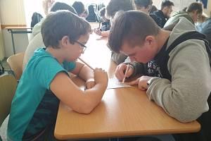 Na pIšQworkovém turnaji na mikulovském gymnáziu se tým Gymik A prokřížkoval do vedení