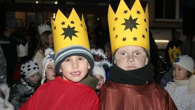 Spolu s početným zástupem koledníků se tři králové za doprovodu dechové hudby Malá Charvatčanka vydali na koních od břeclavského gymnázia až k tamní radnici.
