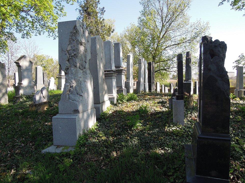Poškozené pomníky na židovském hřbitově.